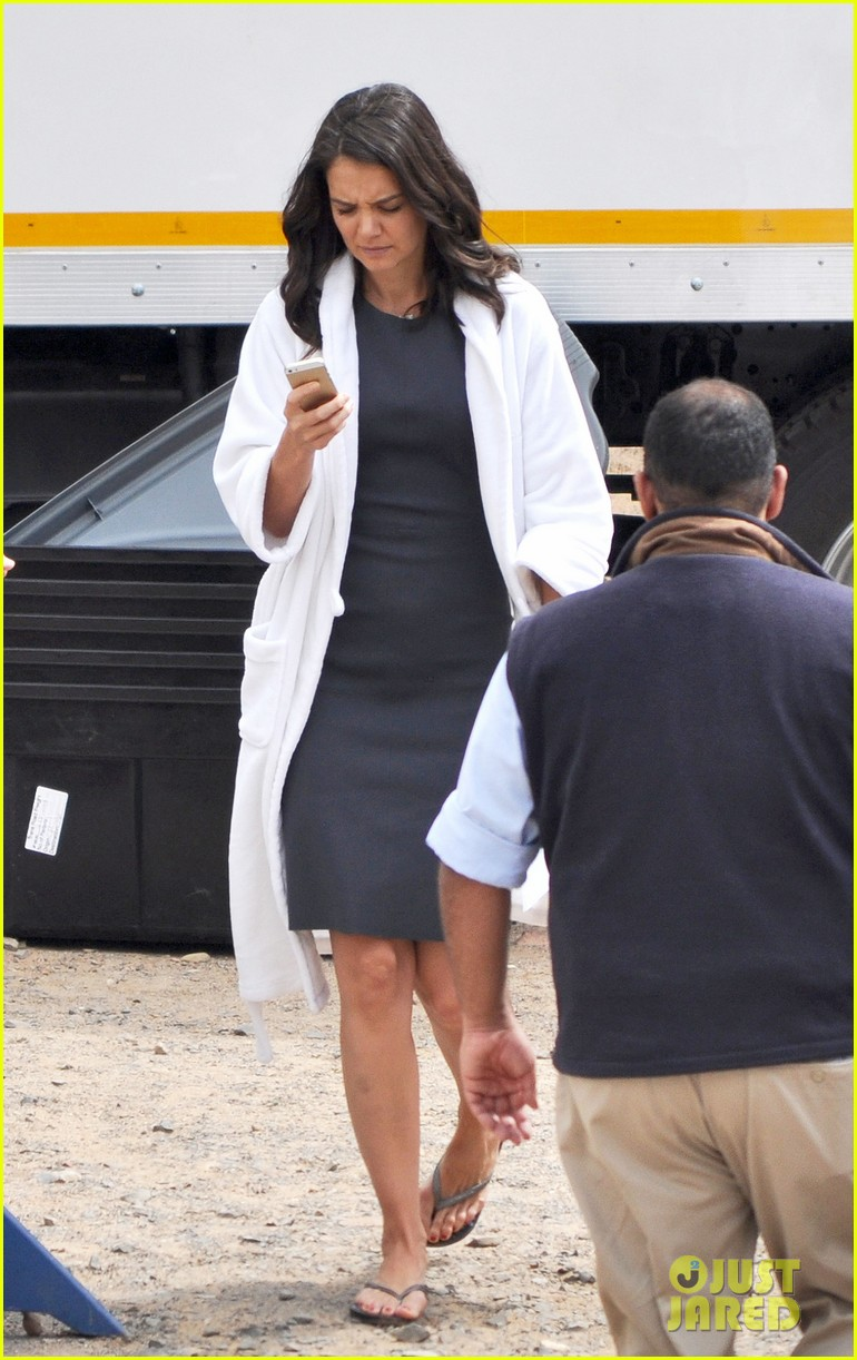 katie holmes films the giver with bow in her hair 013005617