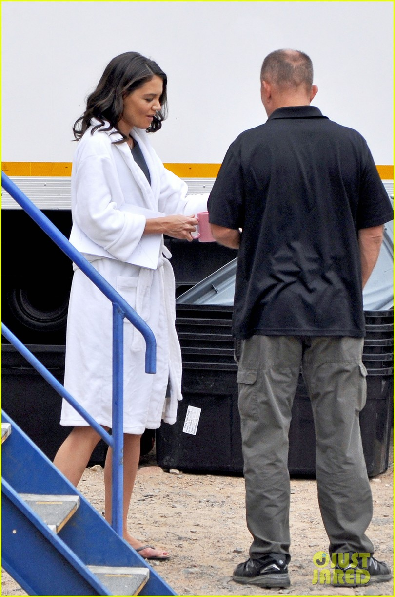 katie holmes films the giver with bow in her hair 033005619