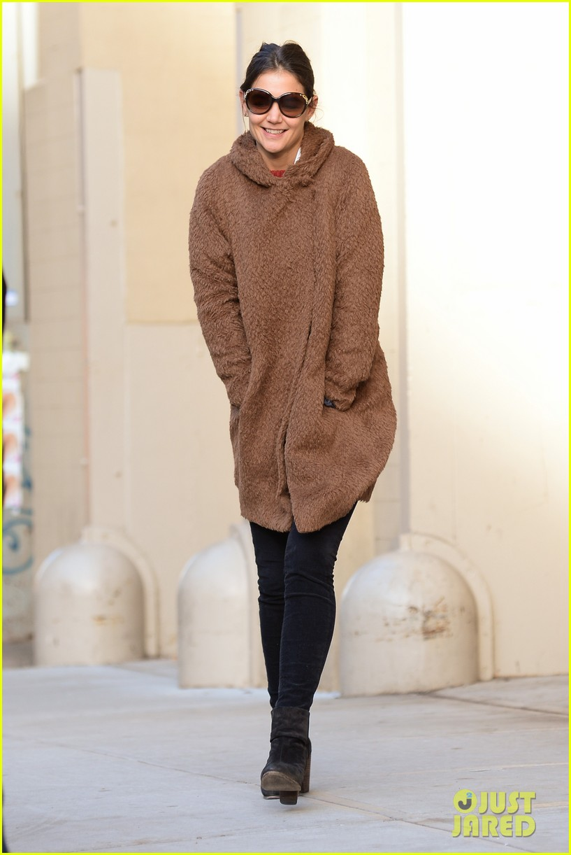 katie holmes steps out bright early for morning school run 083010559