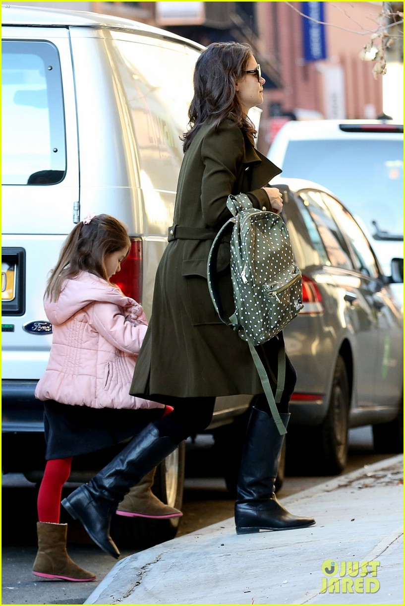 katie holmes early morning drop off with suri 013009747