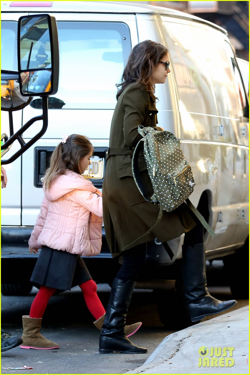 katie holmes early morning drop off with suri 053009751