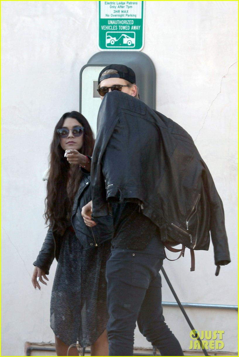vanessa hudgens austin butler lunchin lovebirds in venice 02