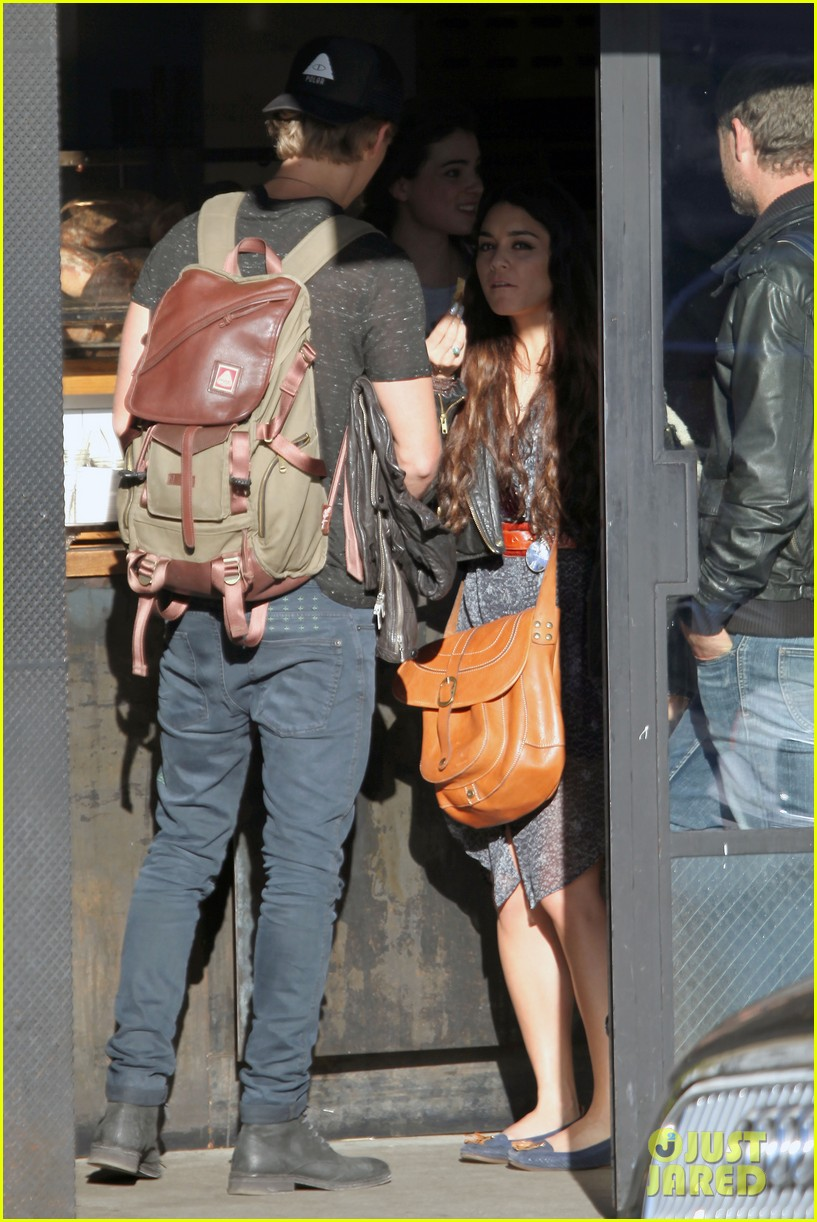 vanessa hudgens austin butler lunchin lovebirds in venice 073019731
