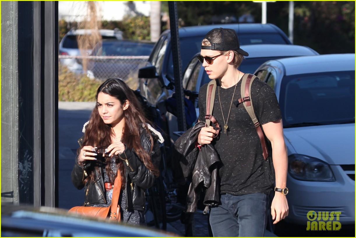 vanessa hudgens austin butler lunchin lovebirds in venice 14