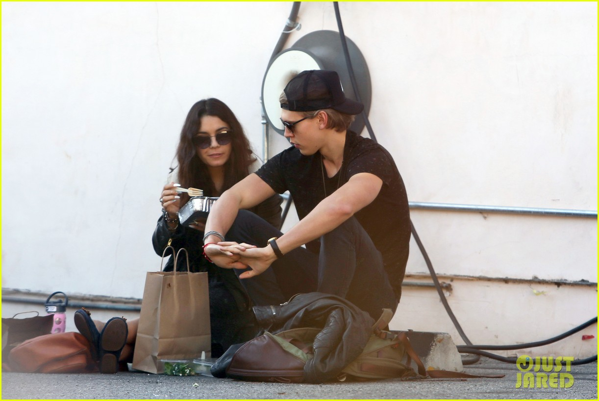 vanessa hudgens austin butler lunchin lovebirds in venice 15