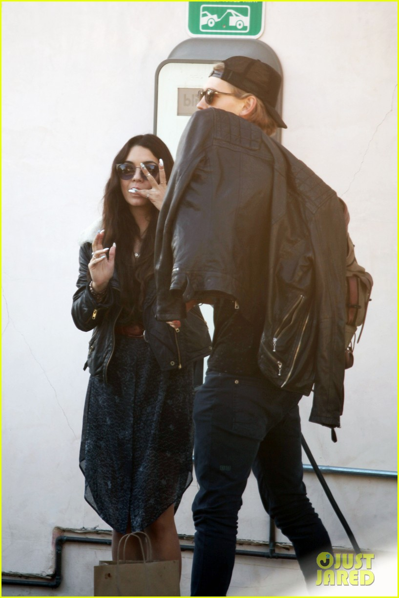 vanessa hudgens austin butler lunchin lovebirds in venice 18