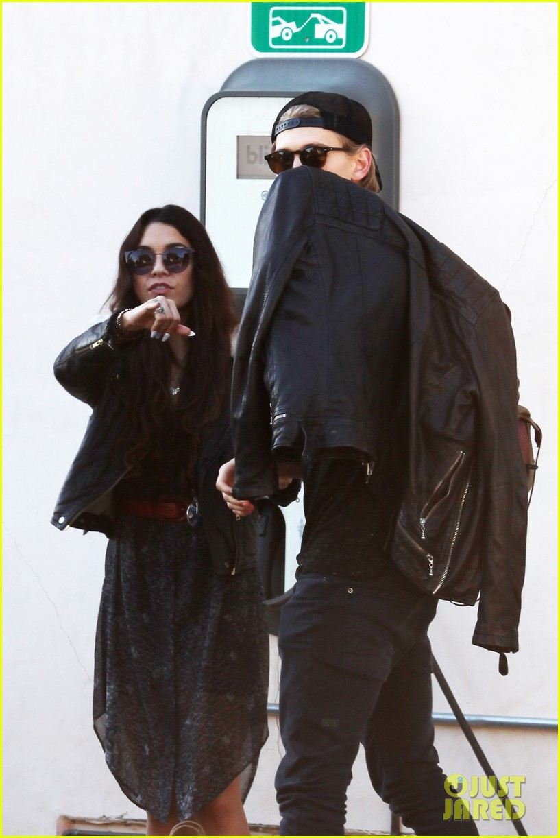 vanessa hudgens austin butler lunchin lovebirds in venice 31