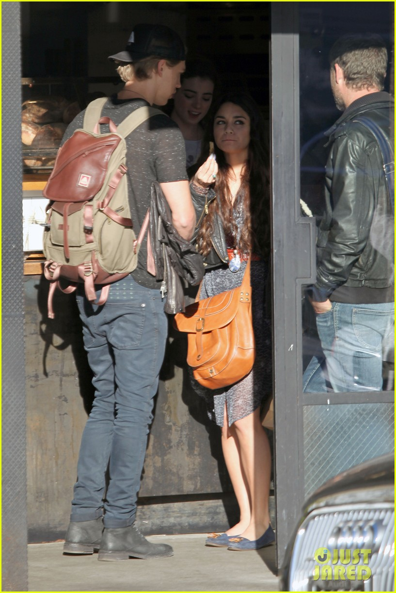 vanessa hudgens austin butler lunchin lovebirds in venice 343019758