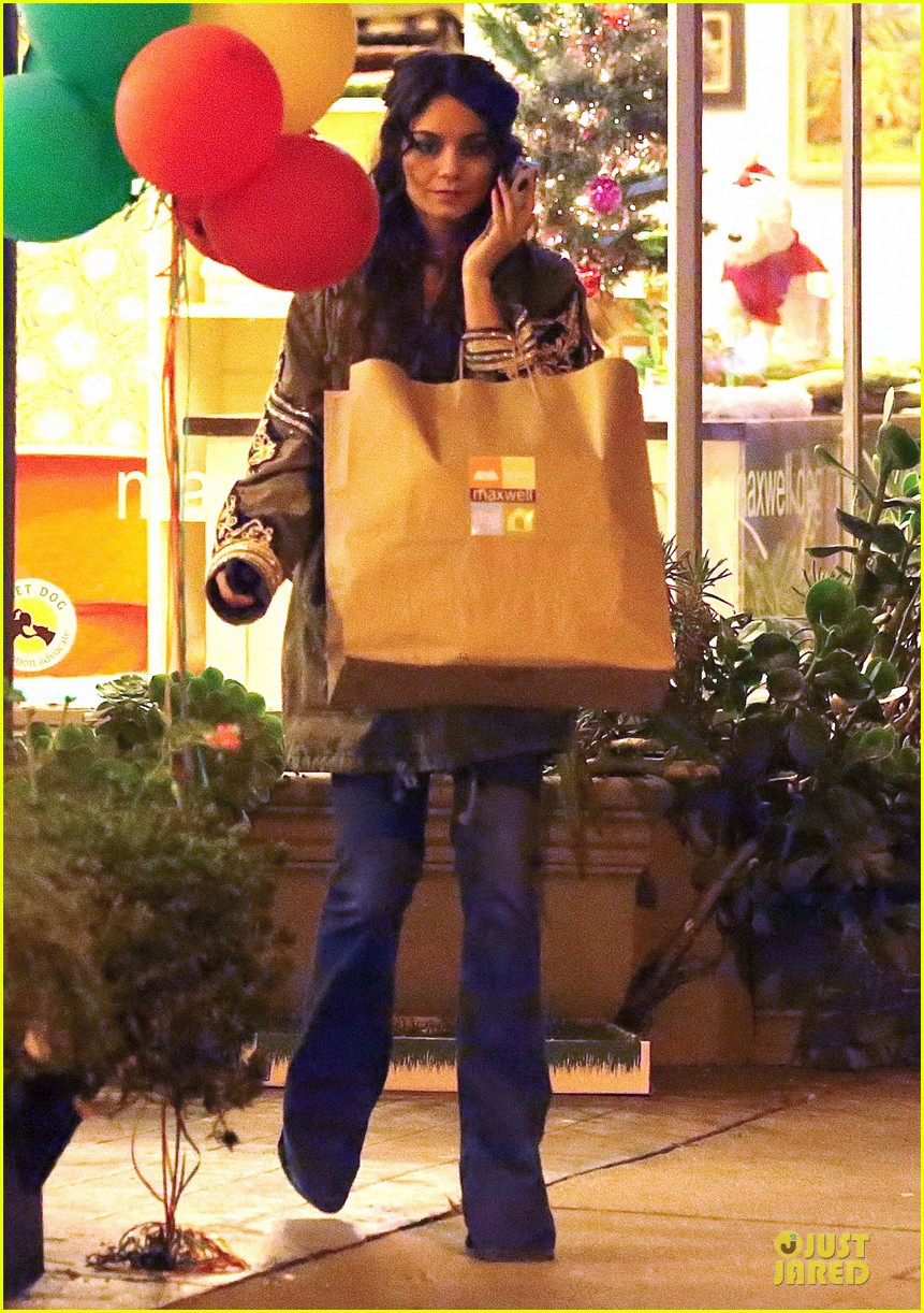 vanessa hudgens last minute holiday shopping at pet store 05