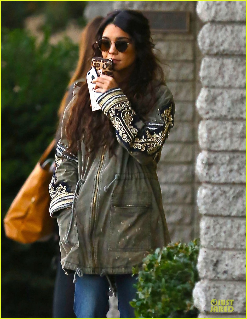 vanessa hudgens last minute holiday shopping at pet store 07