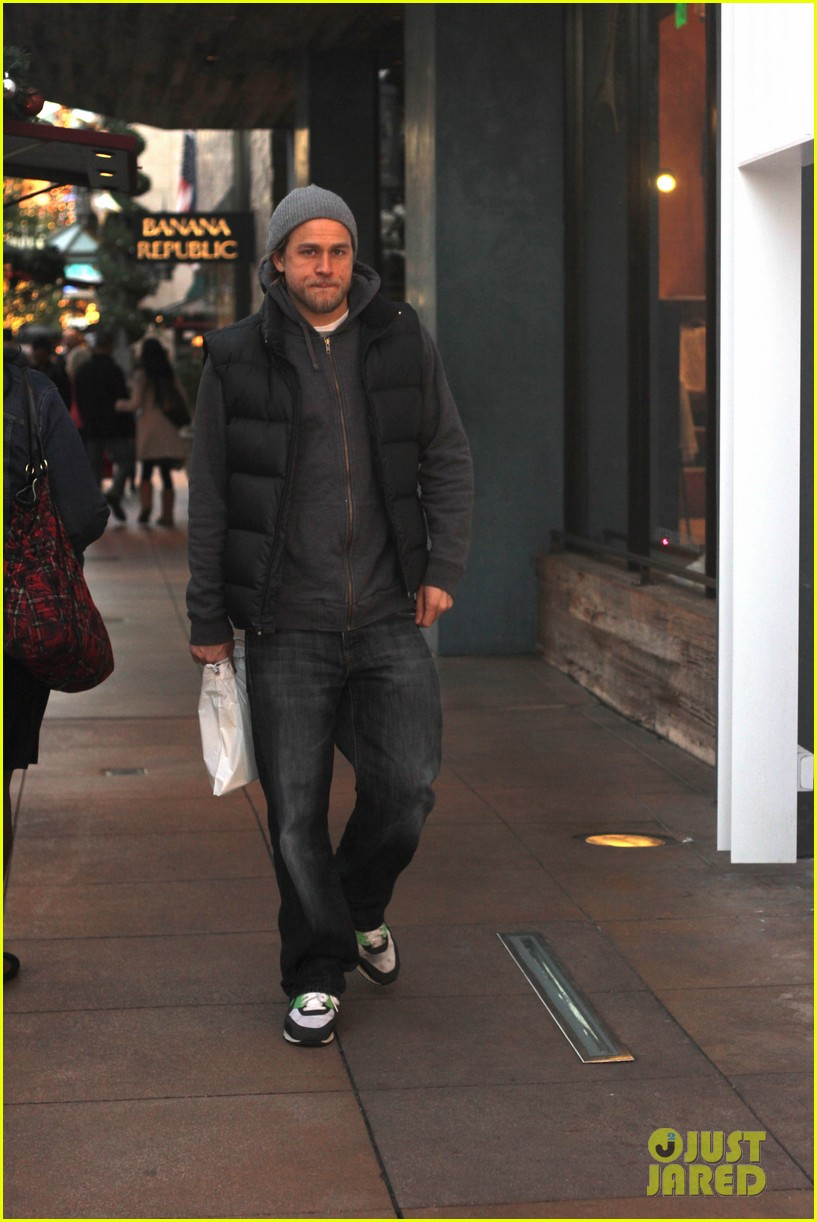 charlie hunnam holiday shops at the apple store 01