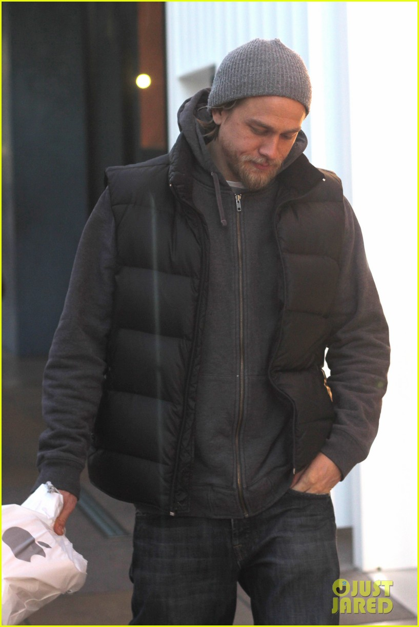 charlie hunnam holiday shops at the apple store 023010656