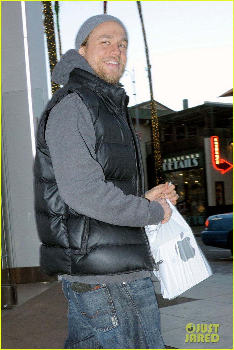 charlie hunnam holiday shops at the apple store 04