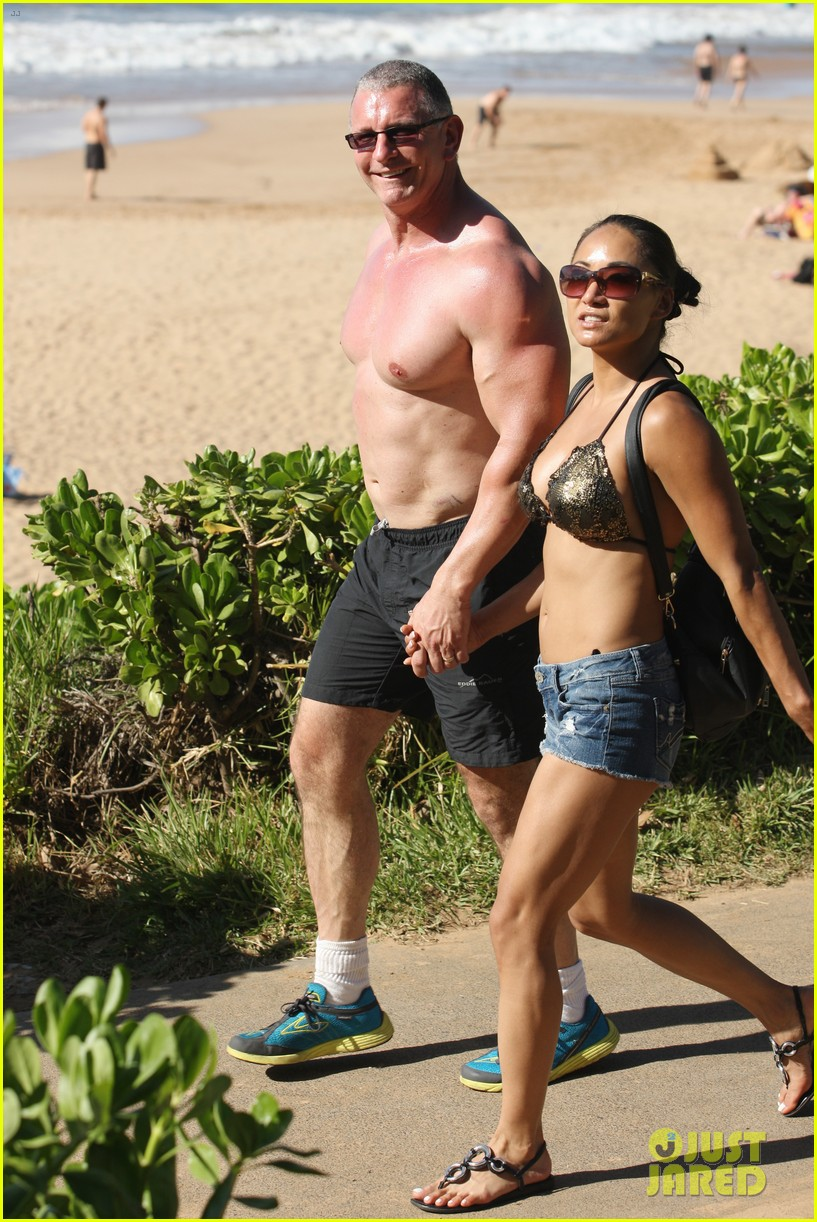 celebrity chef robert irvine goes shirtless in hawaii 013018327