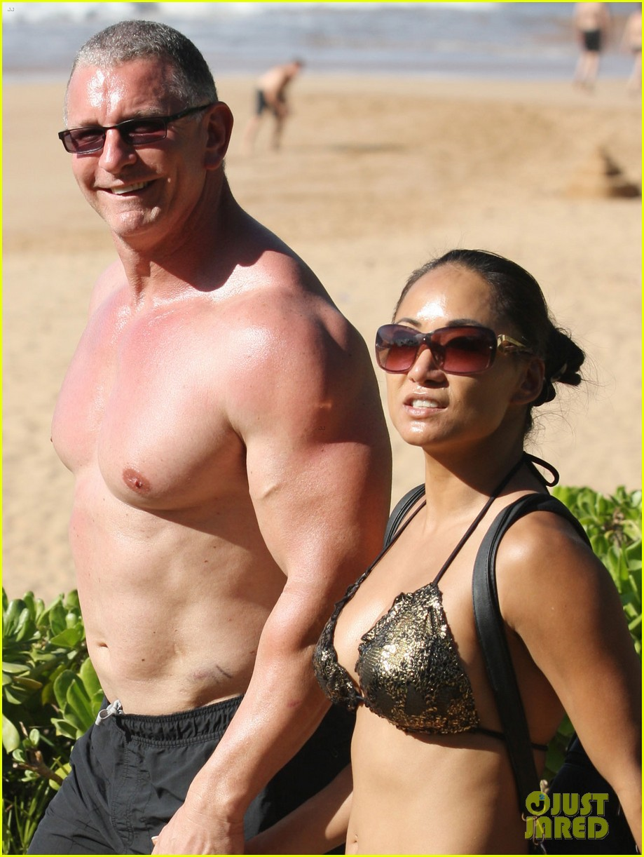 celebrity chef robert irvine goes shirtless in hawaii 083018334