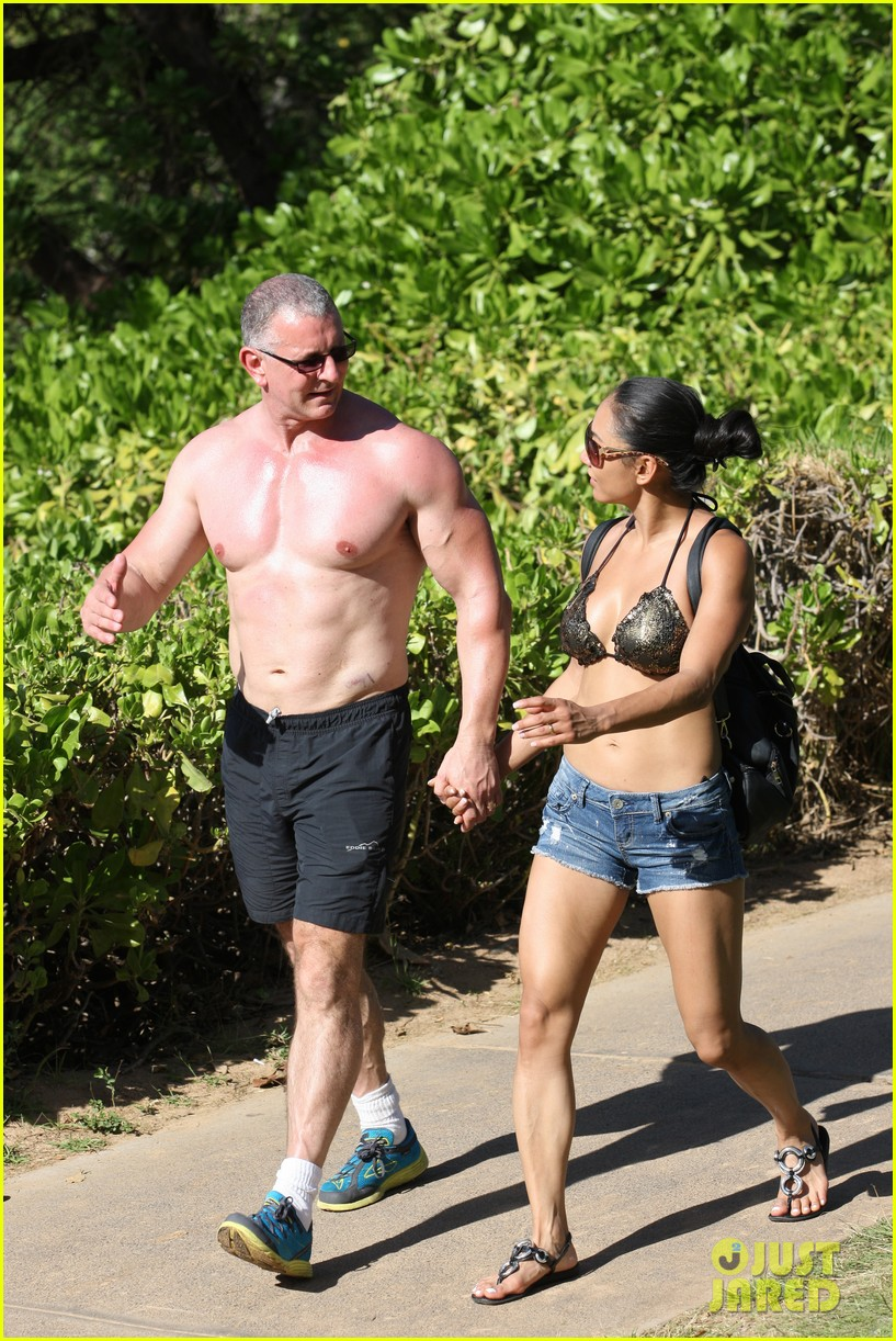 celebrity chef robert irvine goes shirtless in hawaii 09