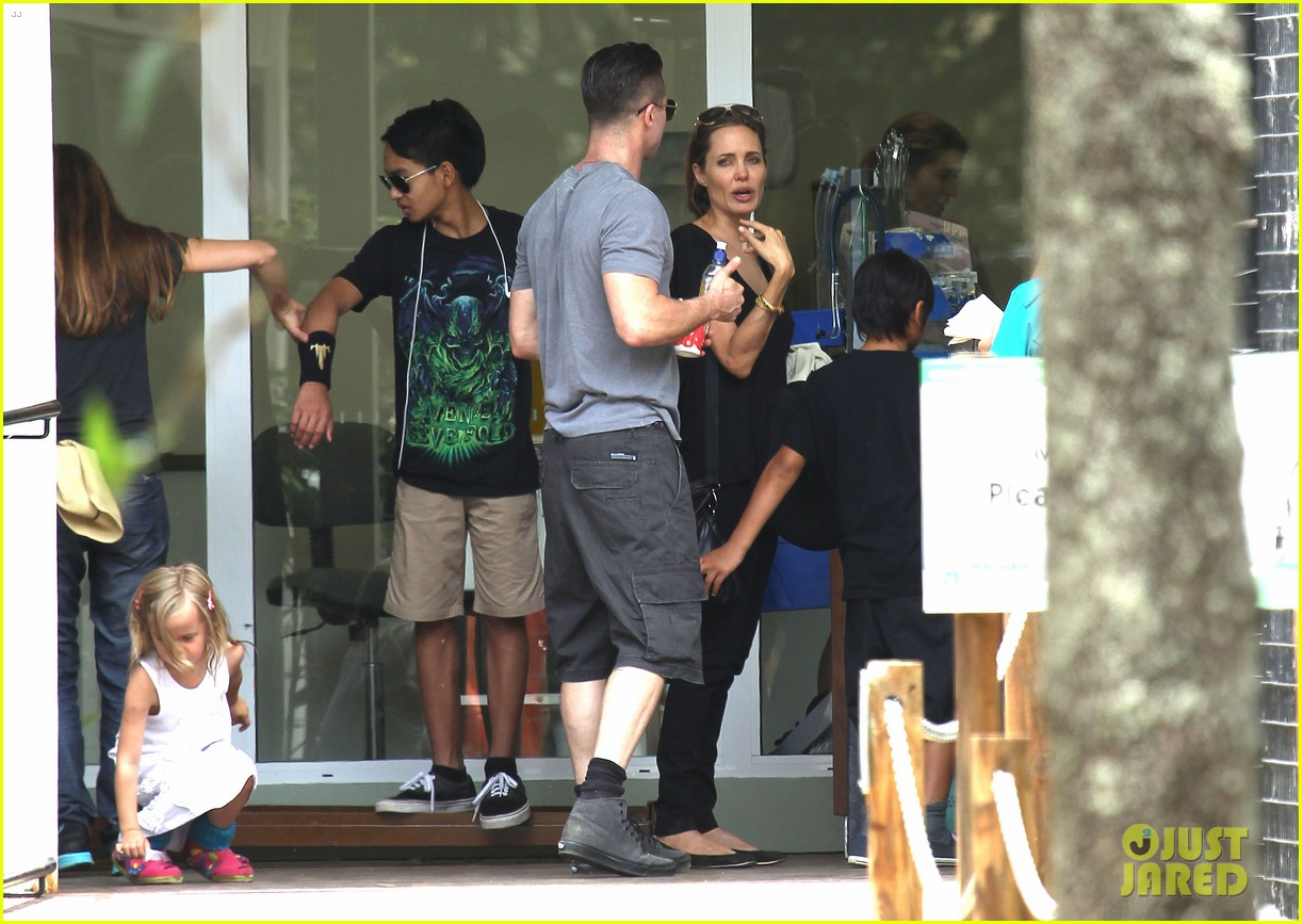 angelina jolie brad pitt visit the zoo with all six kids 223018258