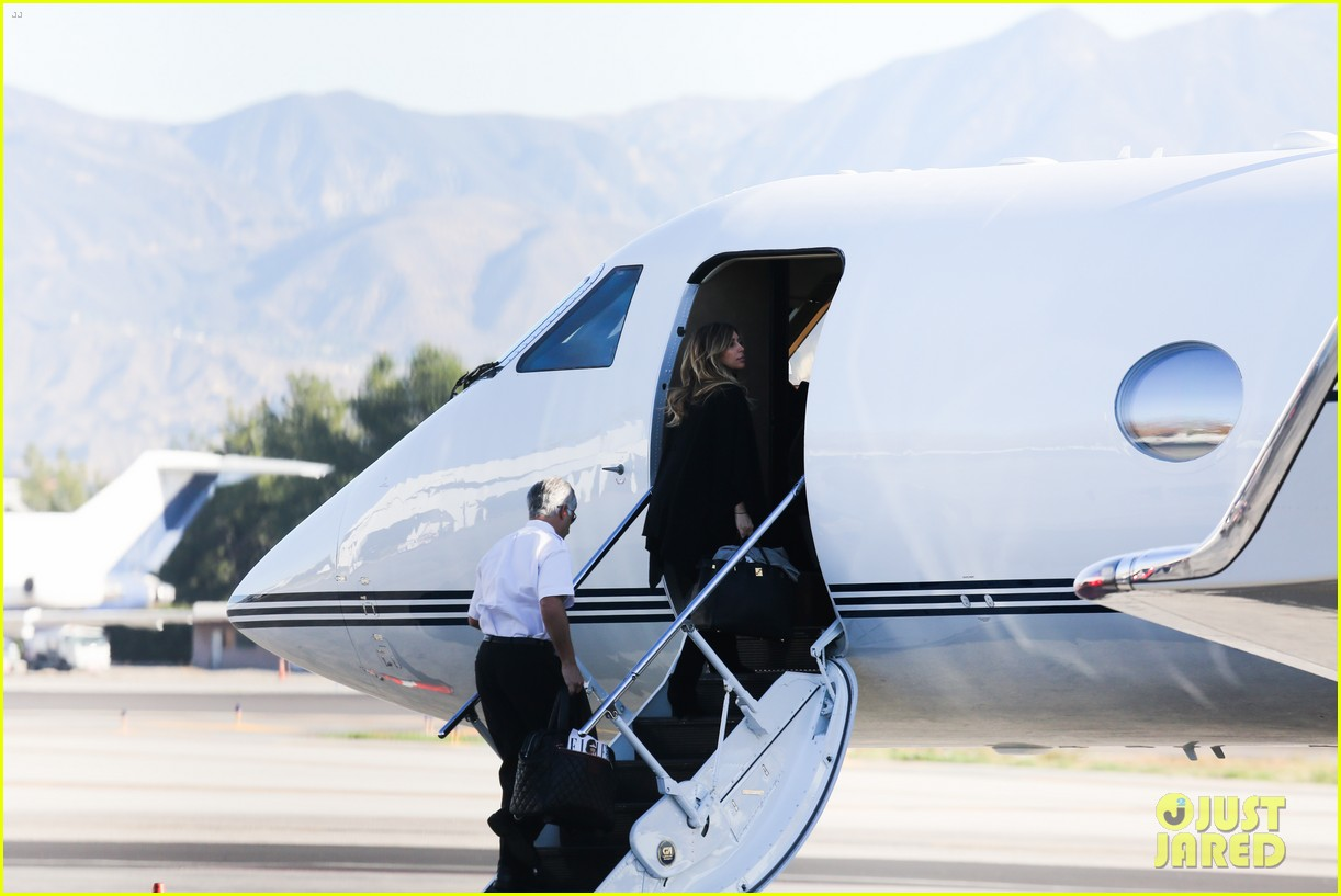 kim kardashian family members catch a private flight 15