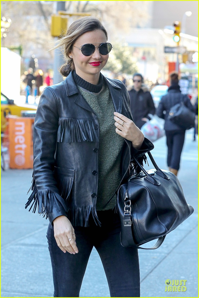 miranda kerr thanks qantas airways for trenchcoat 04