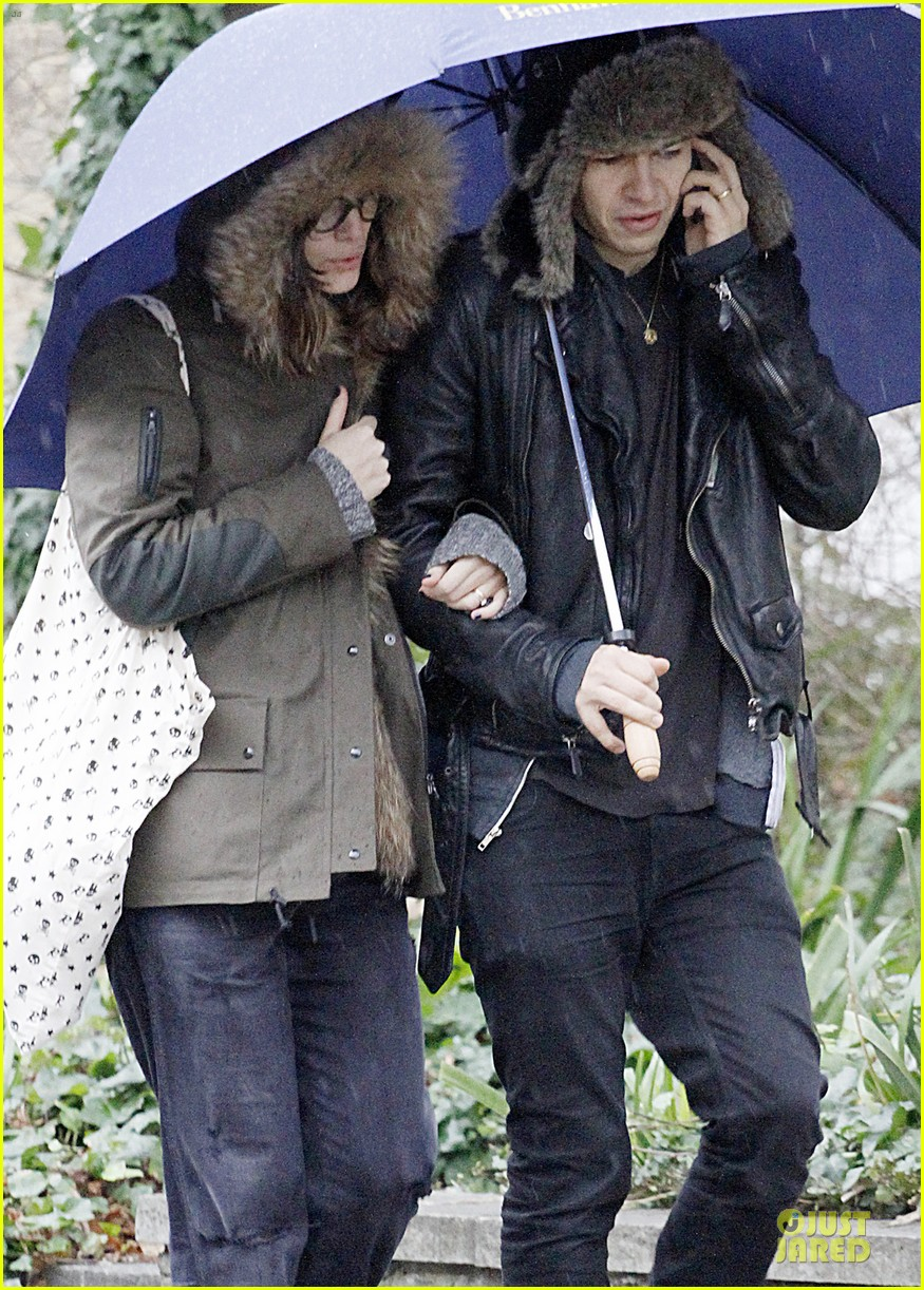 keira knightley james righton last minute holiday shopping 023016920