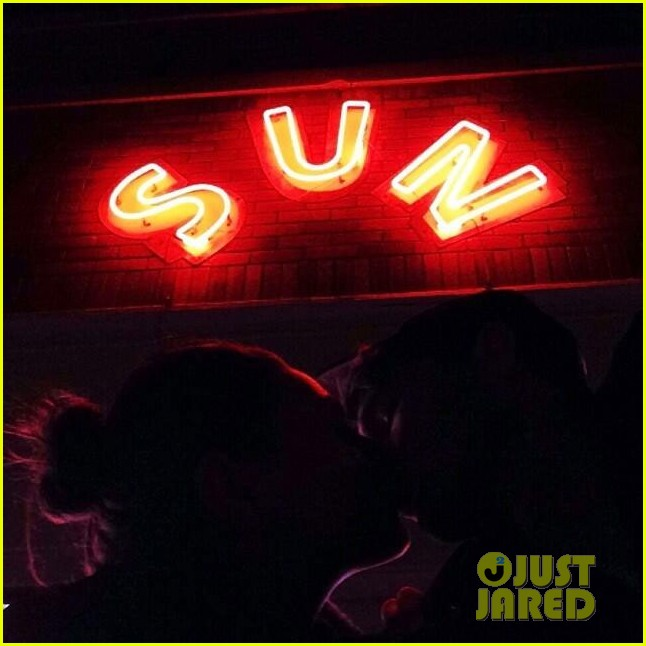 ashton kutcher kisses mila kunis in new instagram pic