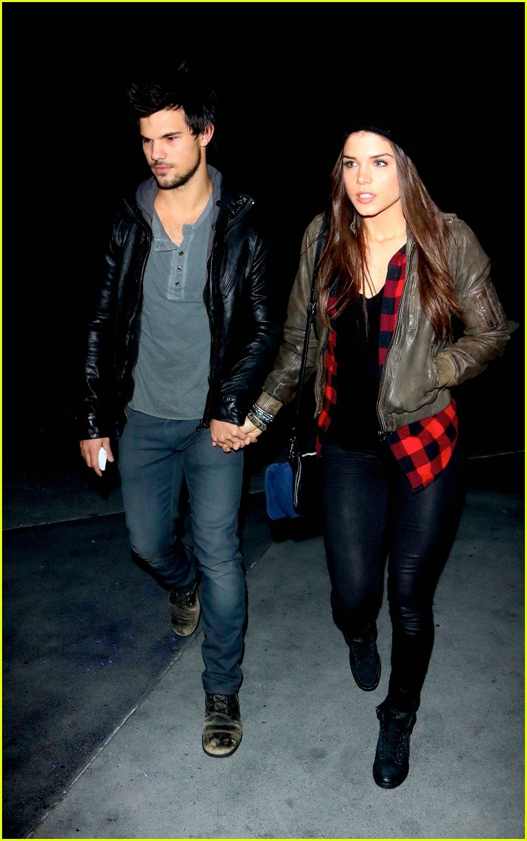 taylor lautner marie avgeropoulos jay z concert goers 03