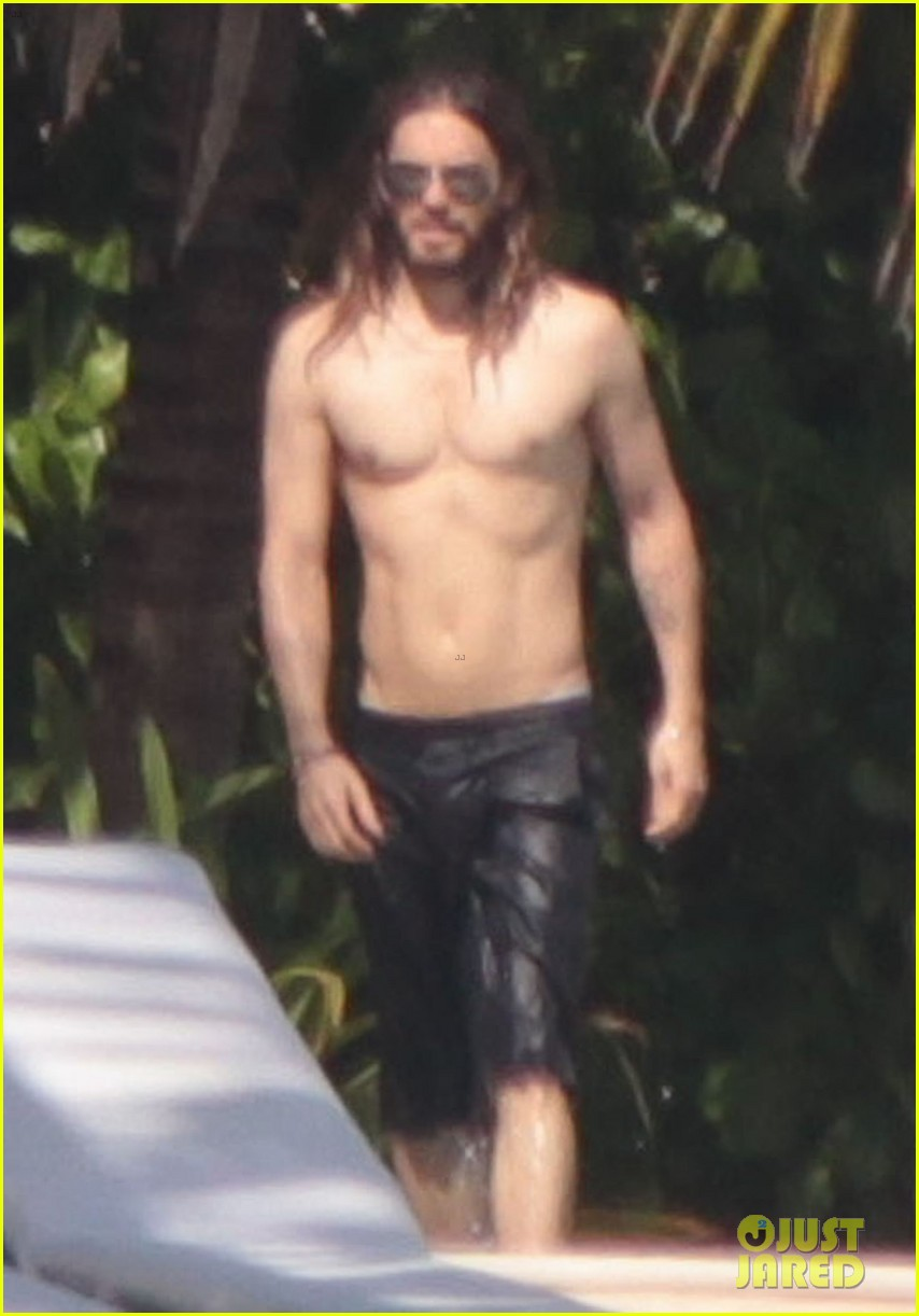 jared leto spends the weekend shirtless in mexico 01