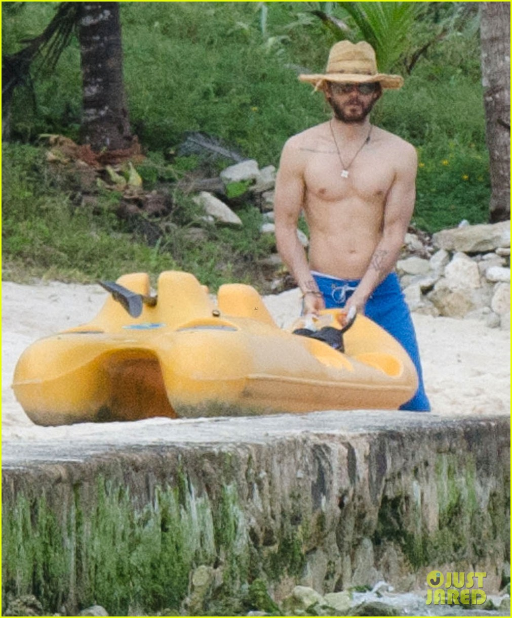 jared leto spends the weekend shirtless in mexico 023019818