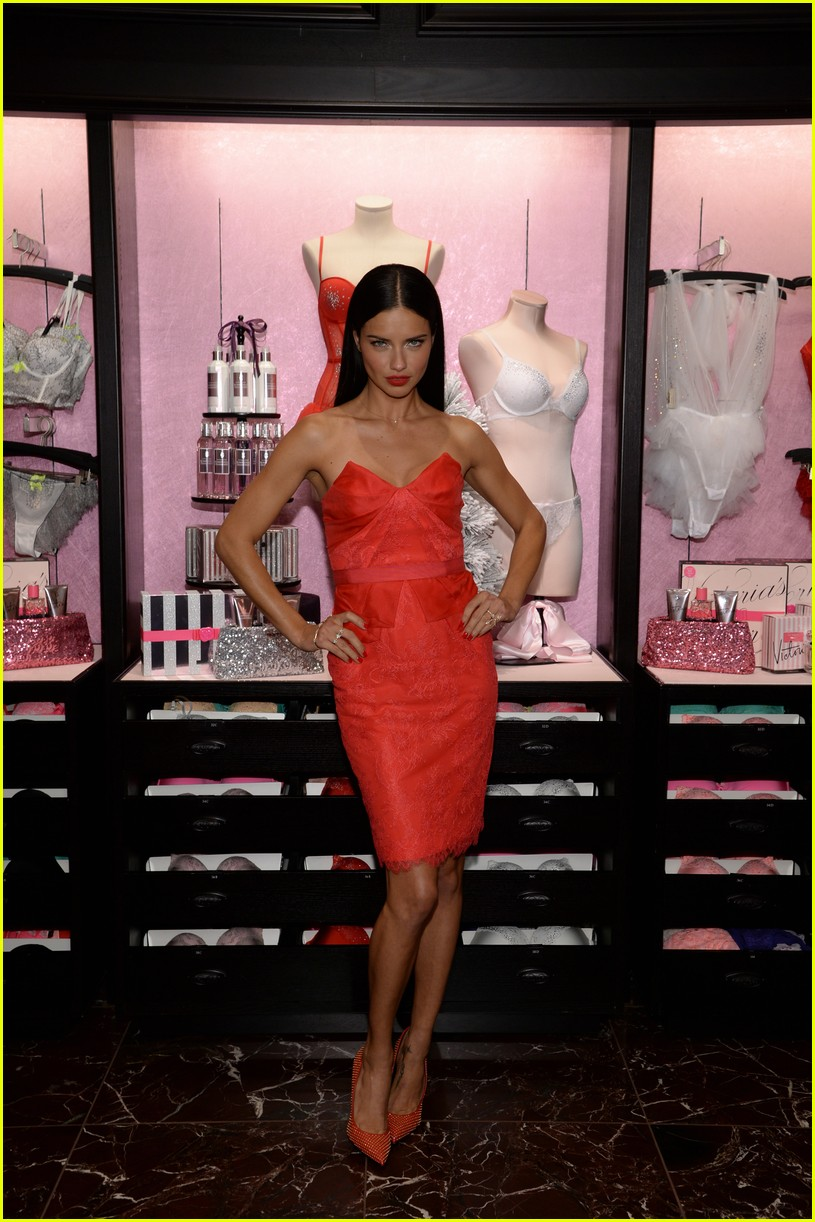 adriana lima karlie kloss victorias secret celebrates holiday 053008564