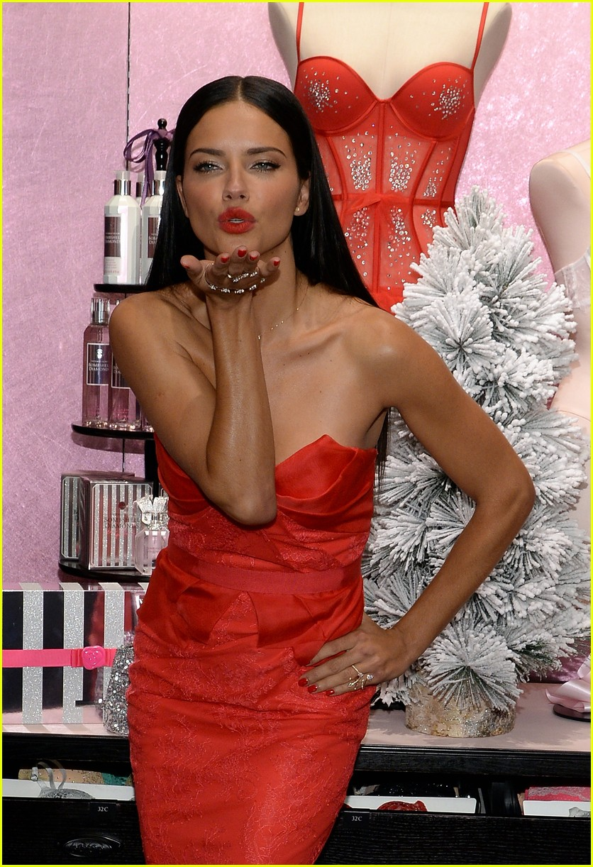adriana lima karlie kloss victorias secret celebrates holiday 17