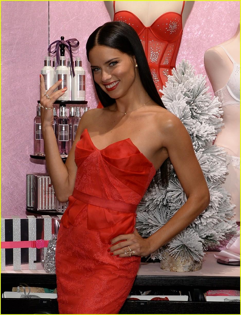 adriana lima karlie kloss victorias secret celebrates holiday 203008579