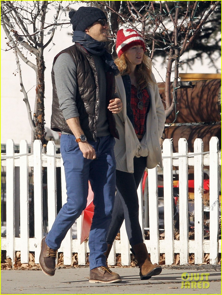 blake lively ryan reynolds visit a comedy club in aspen 04