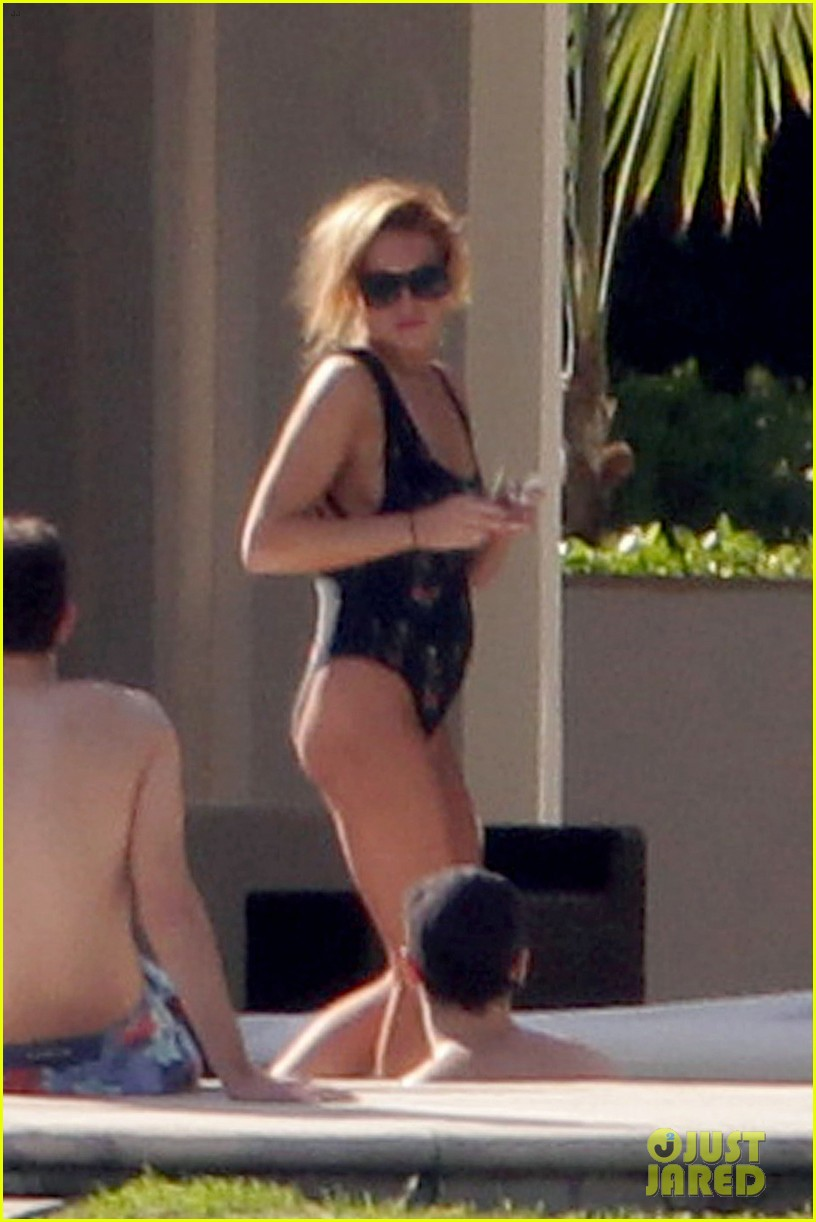 lindsay lohan chills out in her bathing suit in miami 083005735