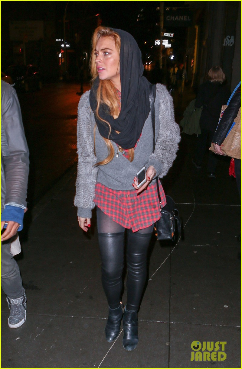 lindsay lohan goes pantsless for last minute shopping trip 133017160
