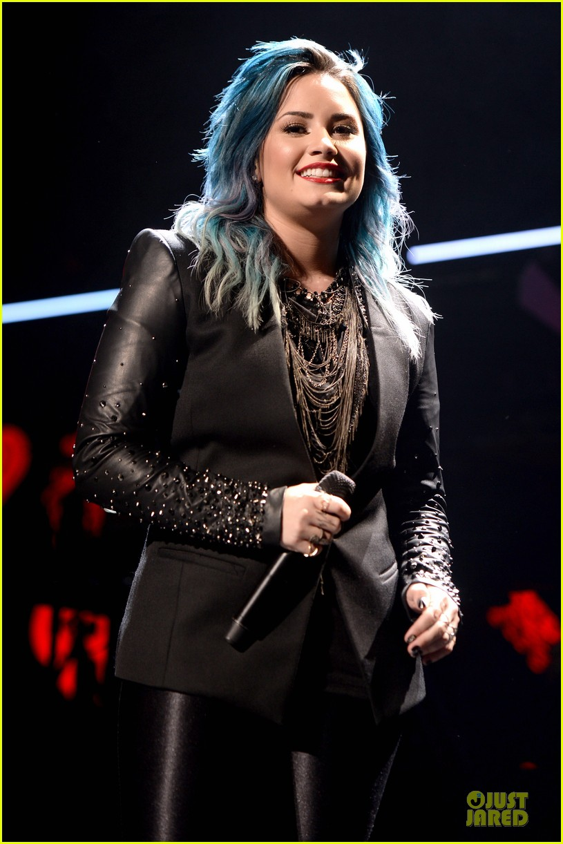 demi lovato performs at y100 jingle ball 2013 02