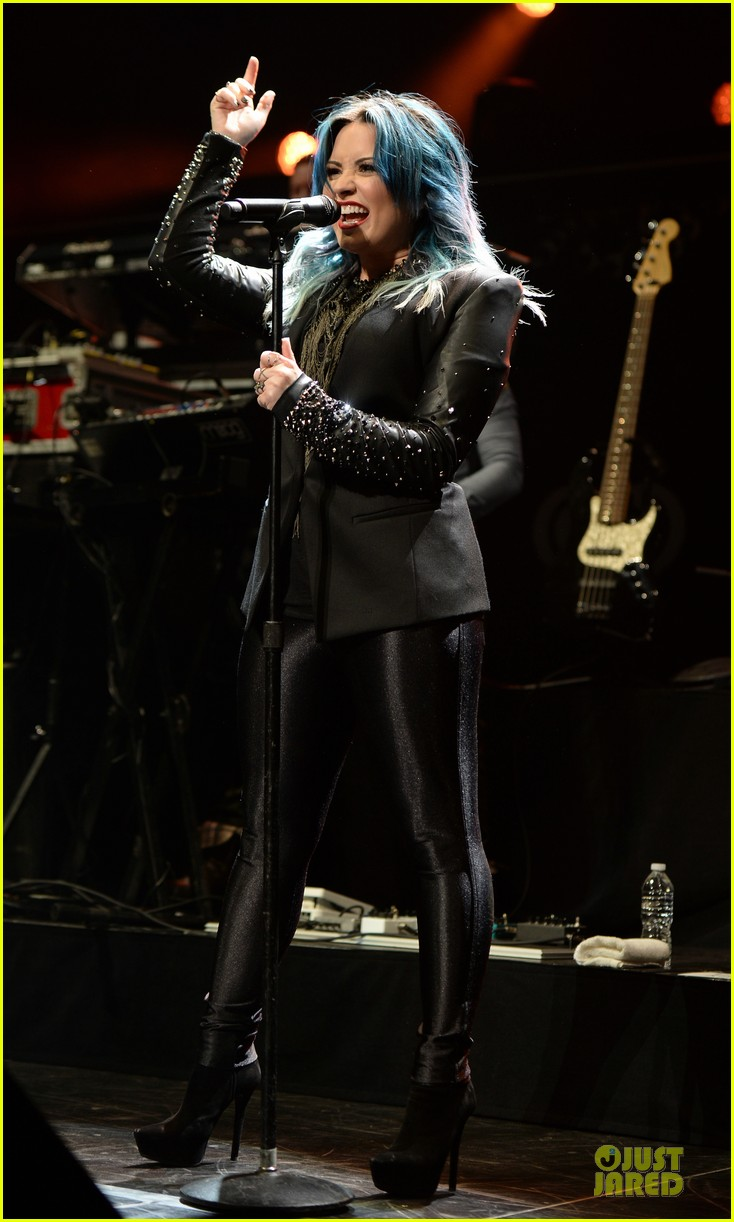 demi lovato performs at y100 jingle ball 2013 033015660