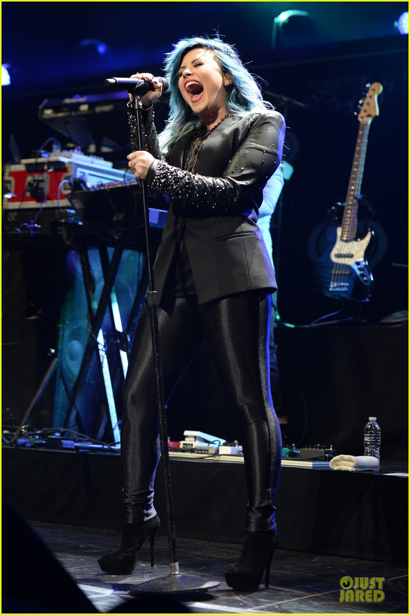 demi lovato performs at y100 jingle ball 2013 073015664