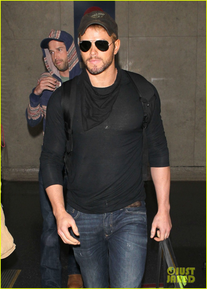 kellan lutz flies solo after plane ride with miley cyrus 09