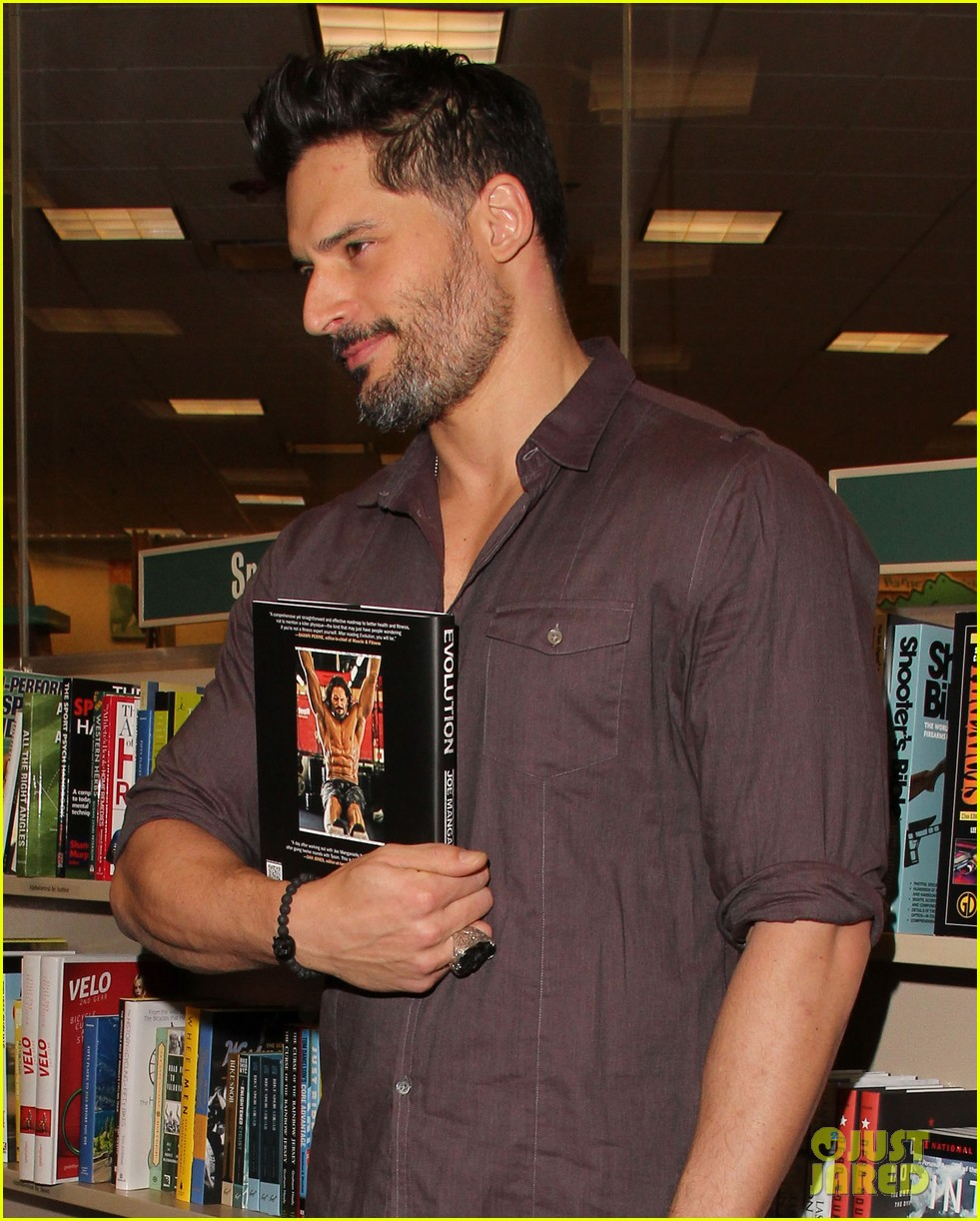 joe manganiello evolution barnes noble book signing 023014073
