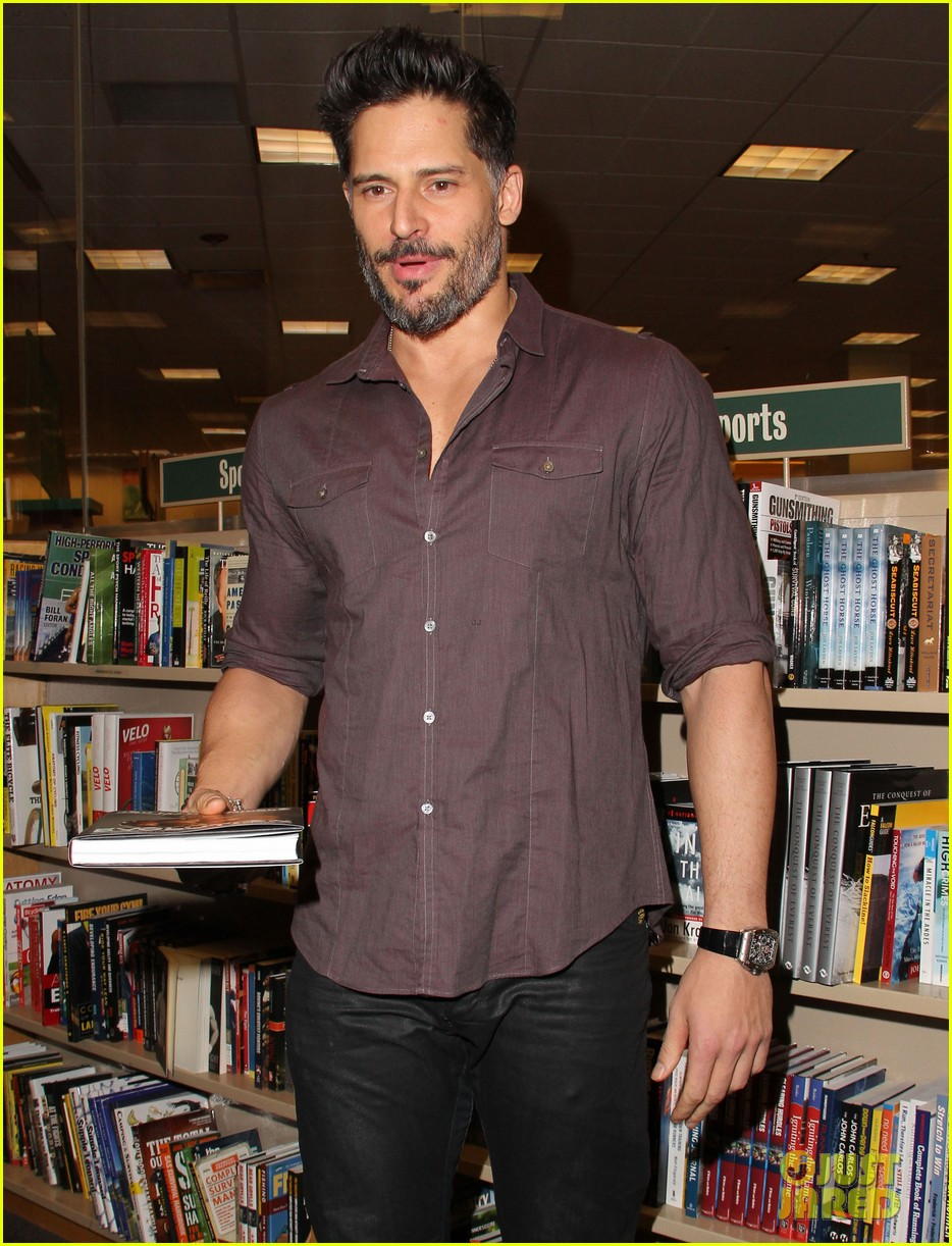joe manganiello evolution barnes noble book signing 103014081