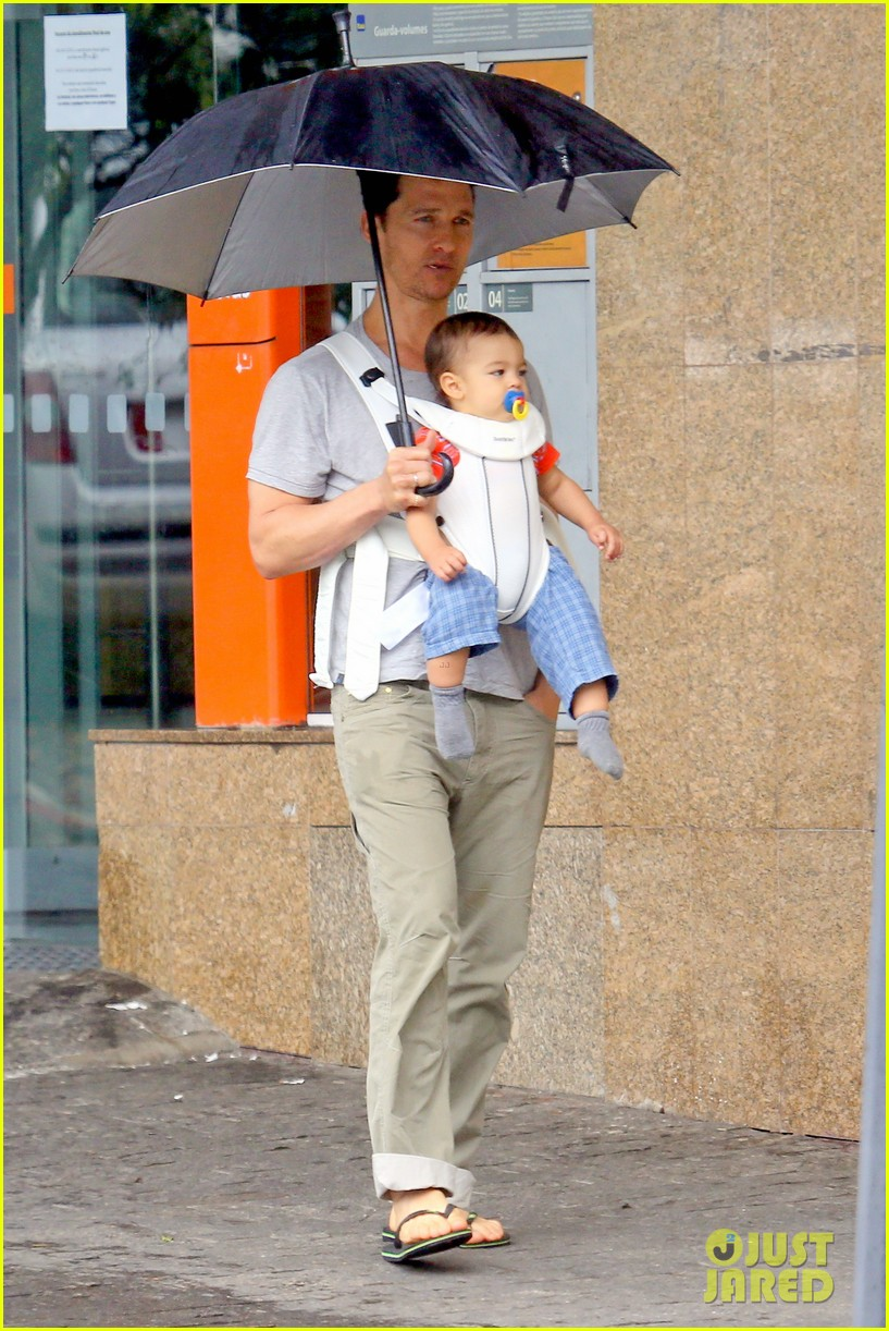 matthew mcconaughey rainy post christmas stroll with livingston 013017819