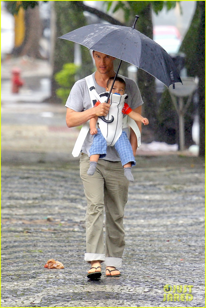 matthew mcconaughey rainy post christmas stroll with livingston 033017821