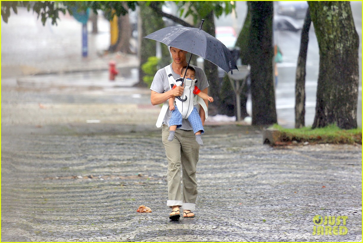 matthew mcconaughey rainy post christmas stroll with livingston 053017823