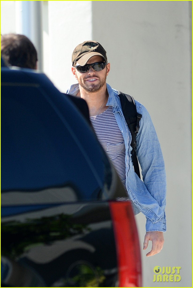 miley cyrus kellan lutz arrive on same private jet 08