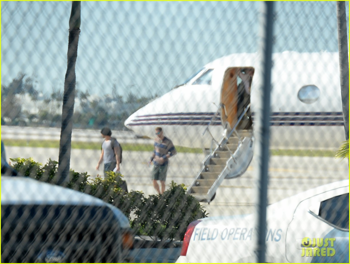 miley cyrus kellan lutz arrive on same private jet 22
