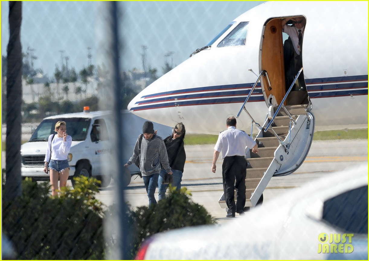 miley cyrus kellan lutz arrive on same private jet 233014265