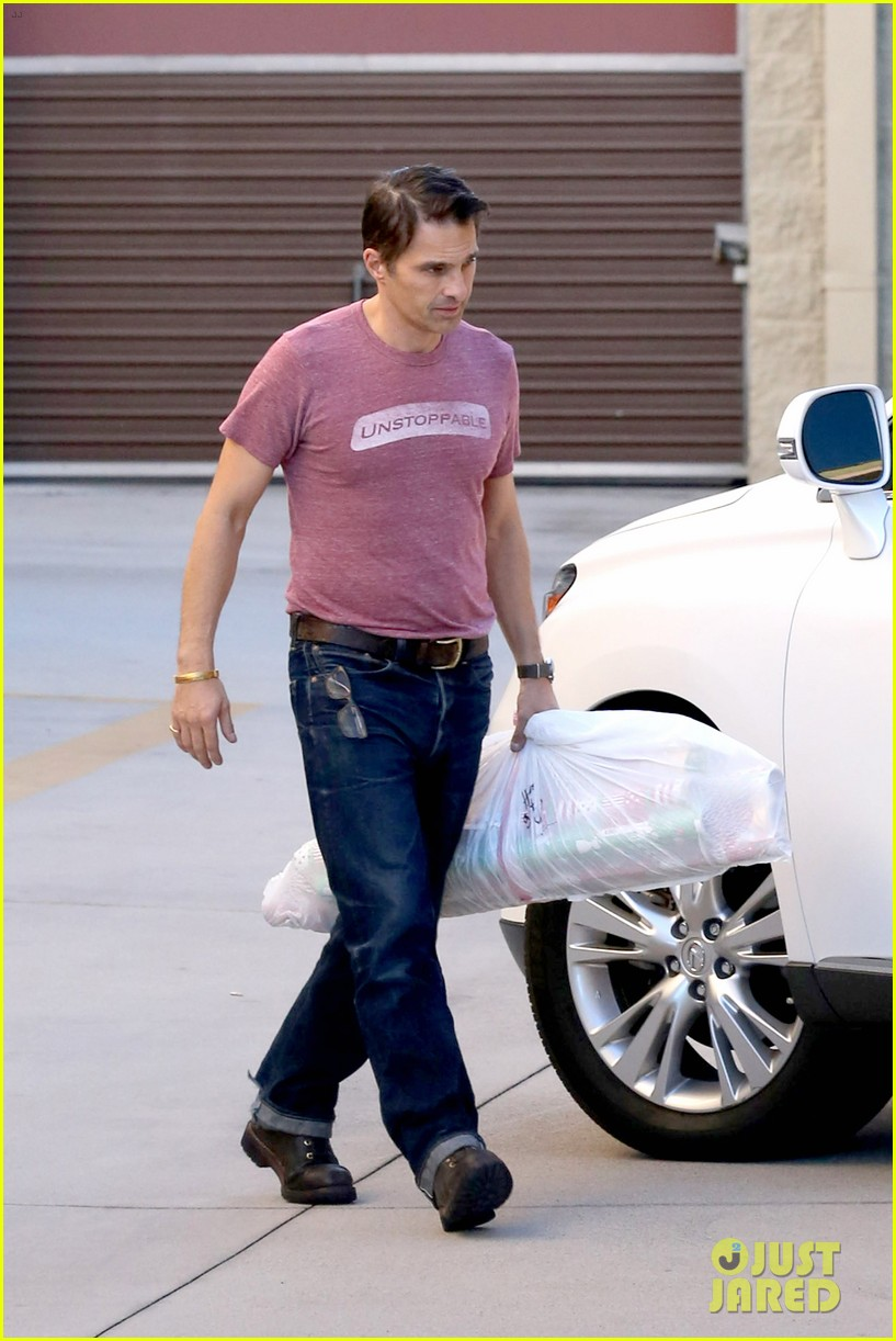 olivier martinez busy weekend running errands 093003173