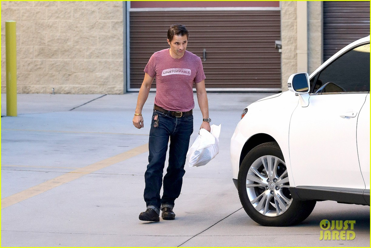 olivier martinez busy weekend running errands 103003174