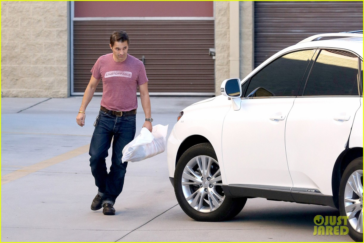 olivier martinez busy weekend running errands 143003178