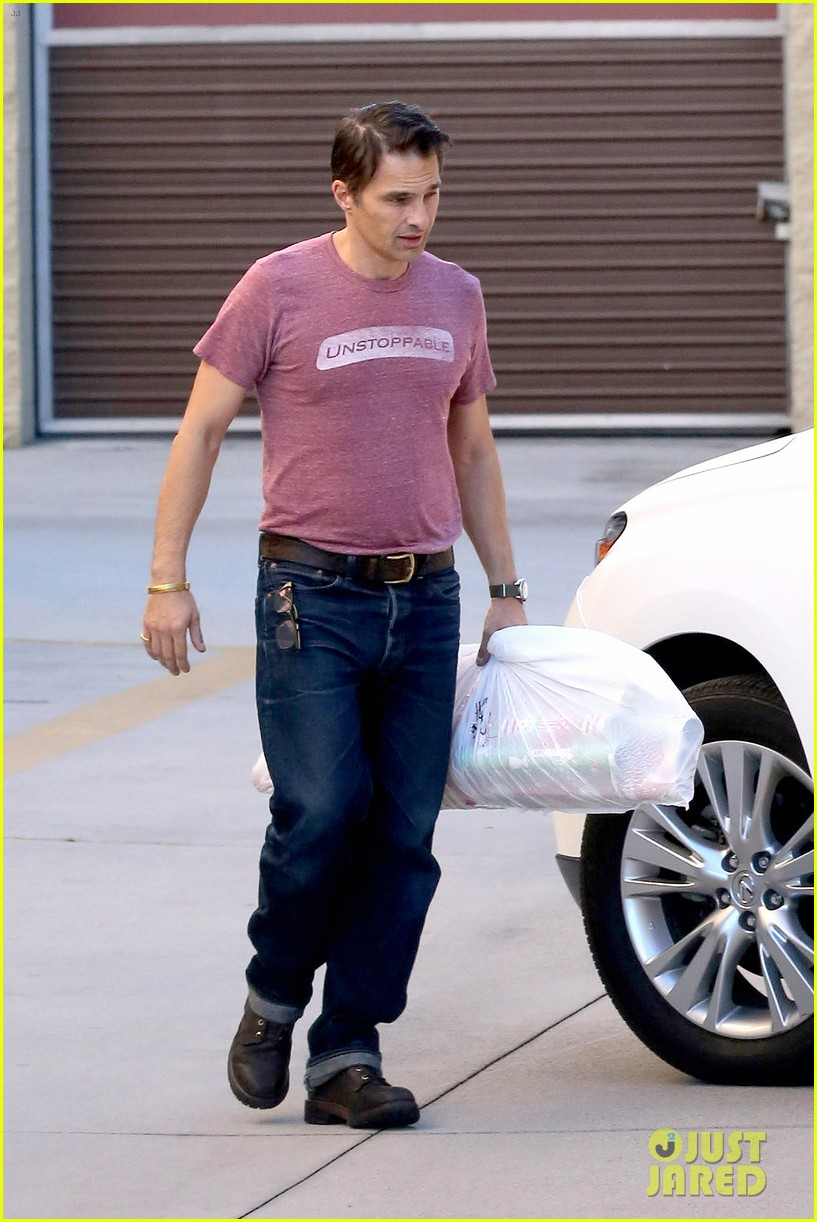 olivier martinez busy weekend running errands 293003193